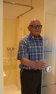 Eine Schiebtür zwischen Wohnraum und Badezimmer sichert die Privatspähre. Statt einer Glastür ist natürlich auch eine Holztür möglich.