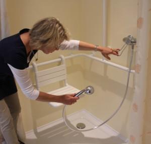 Die große Dusche kann ebenerdig befahren werden und bietet einen stabilen Sitz. Die Vorhänge erlauben eine leichte Reinigung.