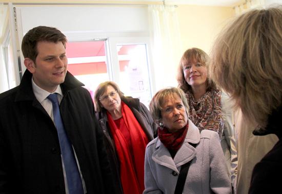 Viele Hundert Besucher informierten sich über das Konzept smart addy bei der ersten Präsentation zur Gewerbeschau Gartnisch 2012, darunter der Bürgermeister von Versmold, Thorsten Klute (links), und die Bürgermeisterin von Halle, Anne Rodenbrock-Wesselmann (rechts).