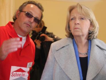 Fand das smart addy-Konzept für die Pflege Angehöriger daheim hoch interessant: NRW-Ministerpräsidentin Hannelore Kraft im Gespräch mit Geschäftsführer Frank Schneider.