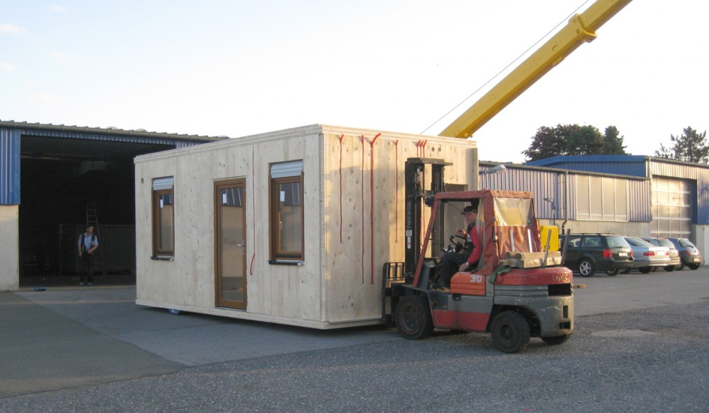 """Beim Gartnischer Holzbaubetrieb Schneider ist der Fertigungsstart für das Neuprodukt """"smart addy"""" erfolgt: Zwei Module wurden jetzt an einen Kunden ausgeliefert."""